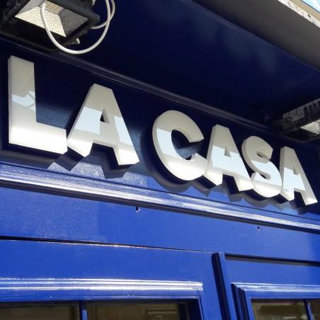 La Casa enseigne lumineuse en bloc plexiglas diffusant à leds blanche éclairage direct chants et face avant