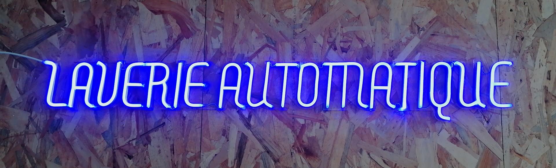 Enseigne lumineuse Néon LED bleu Logo Laverie automatique Plexiglas transparent découpe à la forme