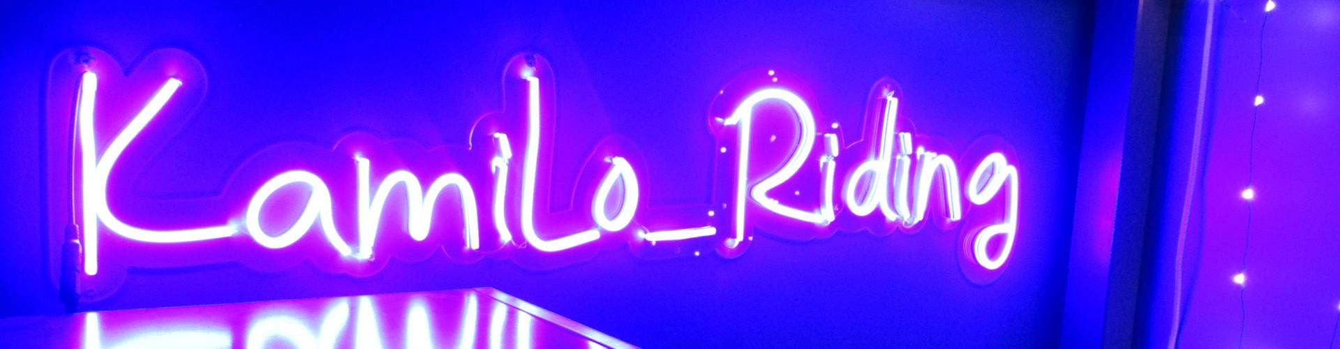 Enseigne lumineuse Néon LED bleu Logo Kamilo_Riding Plexiglas transparent découpe à la forme